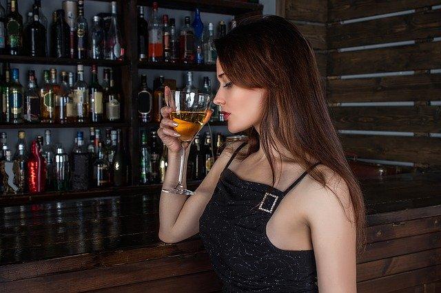 žena u baru
