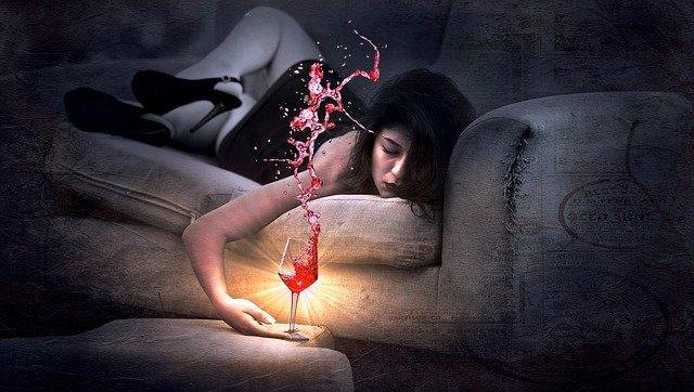 alkoholička na gauči