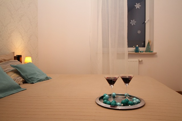 postel, okno, víno