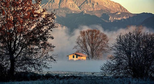 hory, domek,mlha