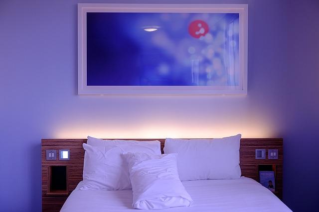 obraz, postel, povlečení