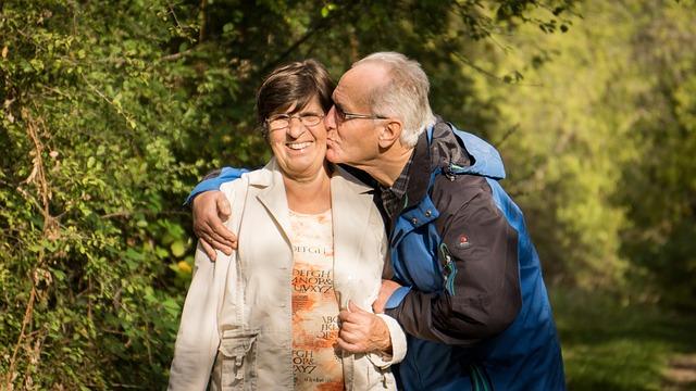 prarodiče na procházce