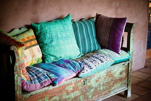 stará lavice, barevné polštářky