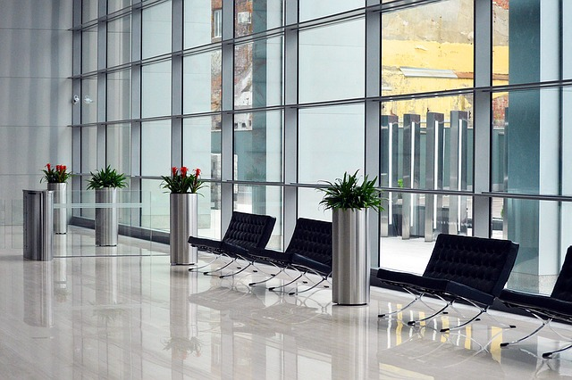 hala, kvetiny, židličky