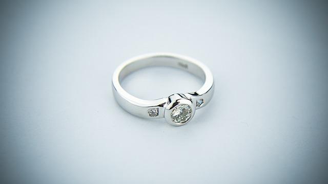 stříbrný prsten s kamenem