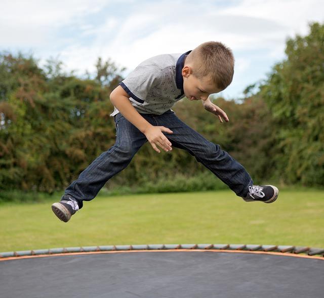 kluk na trampolíně.jpg