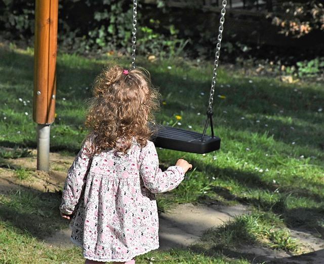 holčička před houpačkou