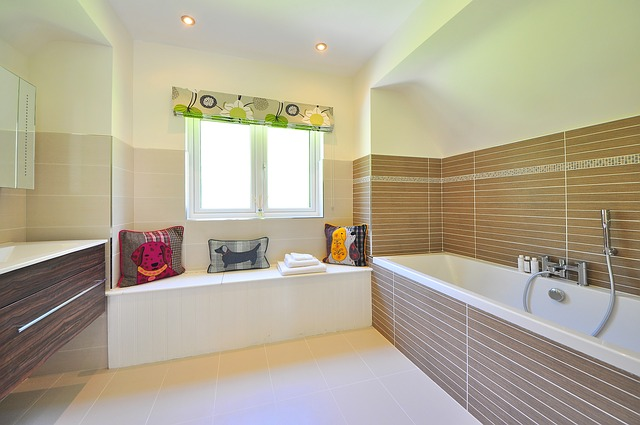 koupelna může mít mnoho podob, zde velká vana, závěsné nízké skříňky, polepy.jpg