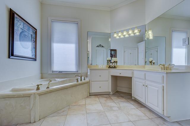 koupelnový nábytek bílé barvy.jpg