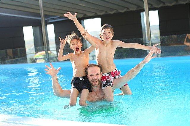 Trio v bazénu.jpg