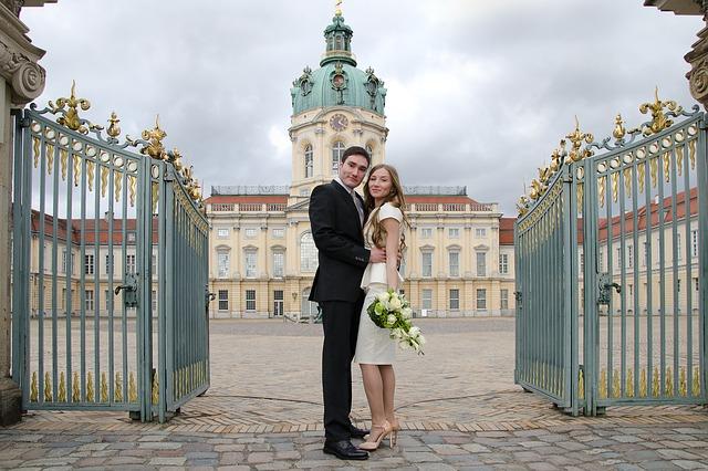 novomanželé před branou