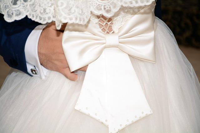 bílé šaty v pase